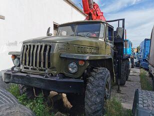 camião de transporte de madeira URAL HYAB